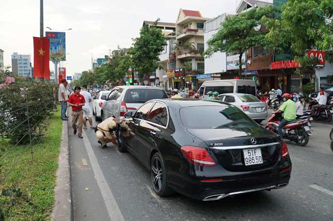 """3 ô tô tông nhau, cửa ngõ Tân Sơn Nhất """"tê liệt"""" - 1"""
