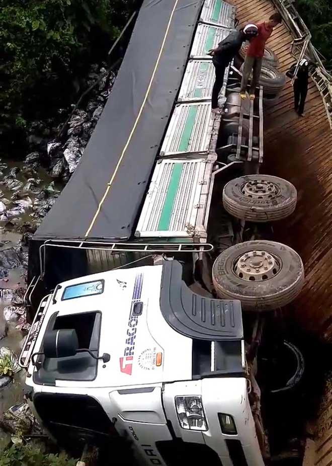 Xe chở quá tải gần gấp 4 lần làm sập cầu, rơi xuống sông - 1
