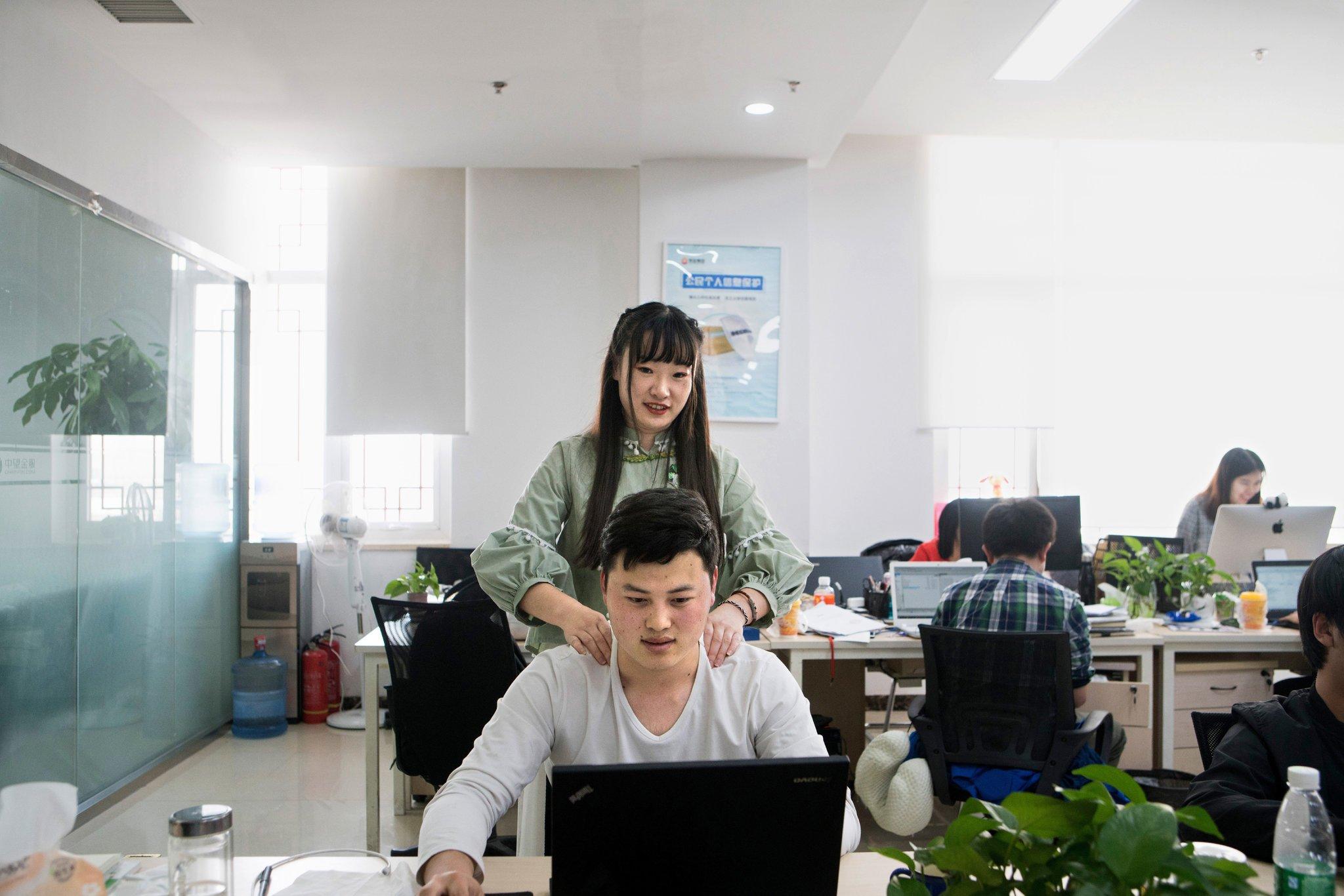 """Công ty Trung Quốc tuyển người đẹp tạo """"động lực"""" cho nhân viên nam - 1"""