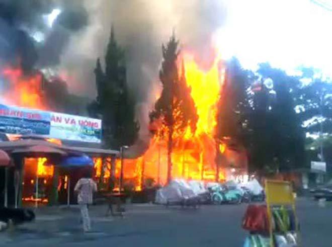 Cháy lớn tại khu du lịch hồ Tuyền Lâm - 1