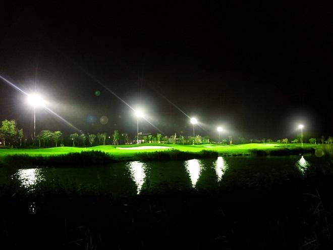 Trải nghiệm golf đêm hấp dẫn tại sân gôn trên đảo lớn nhất Miền Bắc - 1