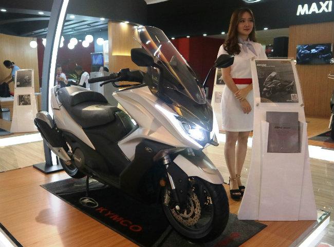 Sau khi xuất hiện tại các thị trường châu Âu, Úc, xe tay ga phân khối lớn mới của Kymco là AK550 tiếp tục được trình diện tại triển lãm xe IIMS 2018 ở Indonesia. Mẫu xe này được cho là tân binh hạng nặng của nhà sản xuất xe Đài Loan, nhằm đối đầu trực diện với dòng xe tay ga cỡ lớn đang thống lĩnh thị trường là TMAX của Yamaha.