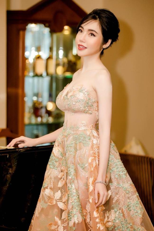 """Elly Trần từng là hotgirl sở hữu vòng một """"khủng"""" nhất nhì showbiz Việt. Thời điểm mới tham gia showbiz, cô theo đuổi hình ảnh sexy,luôn xuất hiện với phong cách táo bạo nên nhận không ít ý kiến trái chiều."""