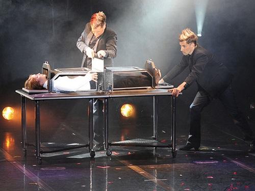 """Nhà ảo thuật """"đen đủi nhất thế giới"""" bị khán giả đâm chết khi đang biểu diễn - 1"""