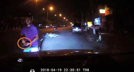 Va chạm giao thông, nam thanh niên bị mất dây chuyền vàng 2 cây - 1