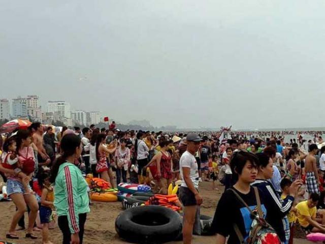 """""""Biển người"""" vẫn đổ về Sầm Sơn tắm biển ngày nghỉ lễ"""