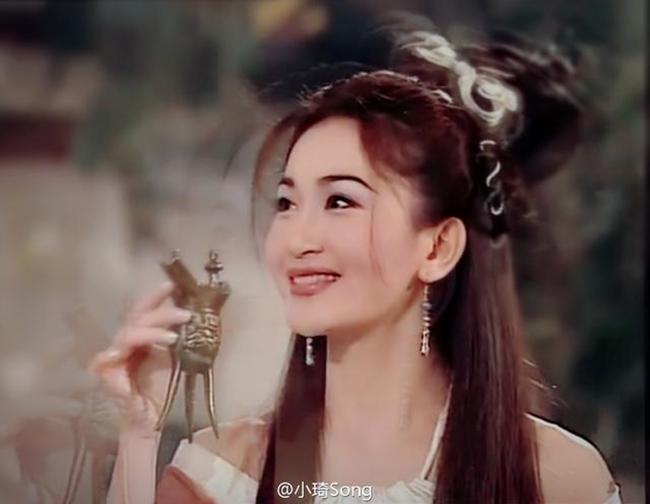 """Người đẹp sinh năm 1966 được biết đến với vai Phan Kim Liên trong """"Mối hận Kim Bình"""". Trong phim, Phan Kim Liên vì nảy sinh tình cảm với Tây Môn Khánh mà lập mưu giết chồng là Võ Đại Lang, anh trai của Võ Tòng. Ngoài ra, cô còn tham gia nhiều tác phẩm như: """"Tình yêu vĩnh cửu"""", """"Tịnh muội tử"""", """"Biến động kinh hồn""""…"""