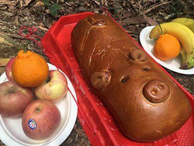 Mẹ chồng tức điên vì con dâu mang lợn bánh mì đi viếng mộ