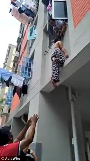 Singapore: Ăn ở tầng 2, nhoài người túm tóc người phụ nữ rơi từ tầng 3 - 1