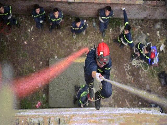 Thót tim với màn chạy bộ dọc tường nhà 5 tầng của lính cứu hoả