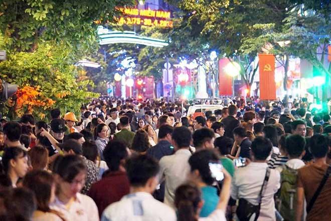 Phố đi bộ Sài Gòn chật cứng người chờ xem pháo hoa nghệ thuật - 1