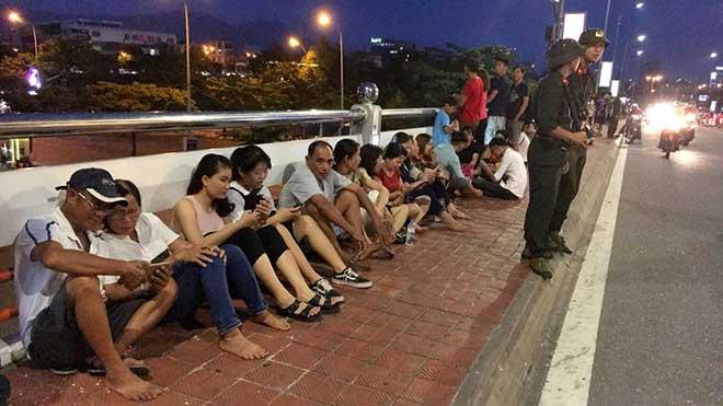 Hàng ngàn người chen kín tìm chỗ đẹp xem Lễ hội pháo hoa Đà Nẵng - 1