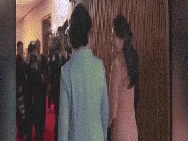 Động tác đột ngột của Kim Jong-un khi thấy vợ bước tới