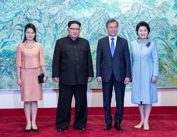 Động tác đột ngột của Kim Jong-un khi thấy vợ bước tới - 1