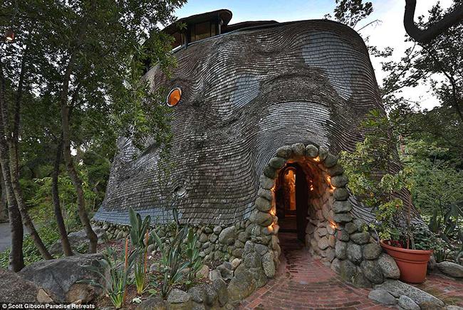 """Nằm tại Mission Canyon, Santa Barbara, California, Mỹ, nhà nghỉ nổi tiếng với tên gọi """"ngôi nhà cá voi"""" được thiết kế bởi kiến trúc sư Michael Carmichael và mất ba năm để xây dựng."""