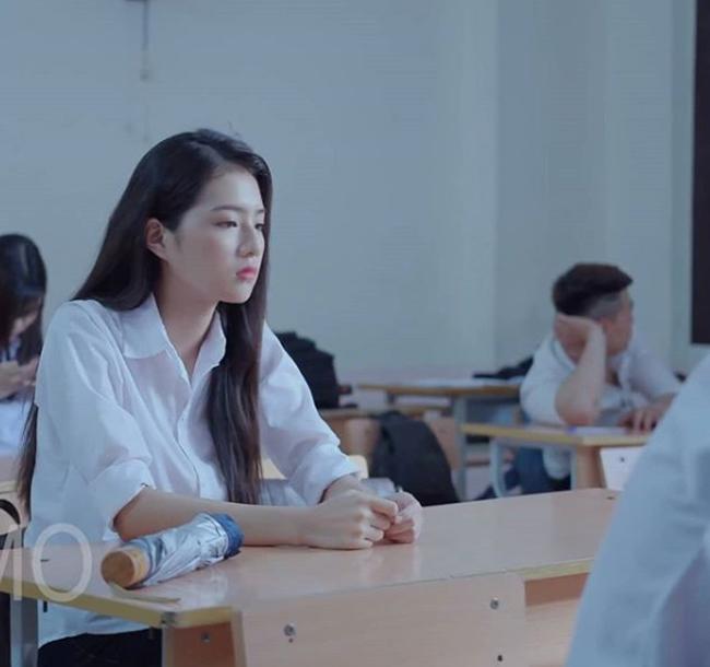 """Đảm nhận vai nữ chính trong một phim ngắn quảng cáo sản phẩm hôi nách có tên """"Mất cả thanh xuân vì hôi nách"""", Bích Ngọc (sinh viên trường Đại học Ngoại thương, Hà Nội) bất ngờ nổi như cồn trên mạng xã hội."""