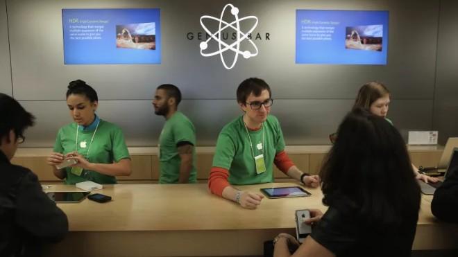 Apple bị tố dùng chiêu moi tiền khách hàng thay thế pin miễn phí - 1