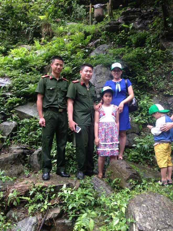 Hai cảnh sát dũng cảm lao mình xuống thác nước cứu bé 11 tuổi - 1