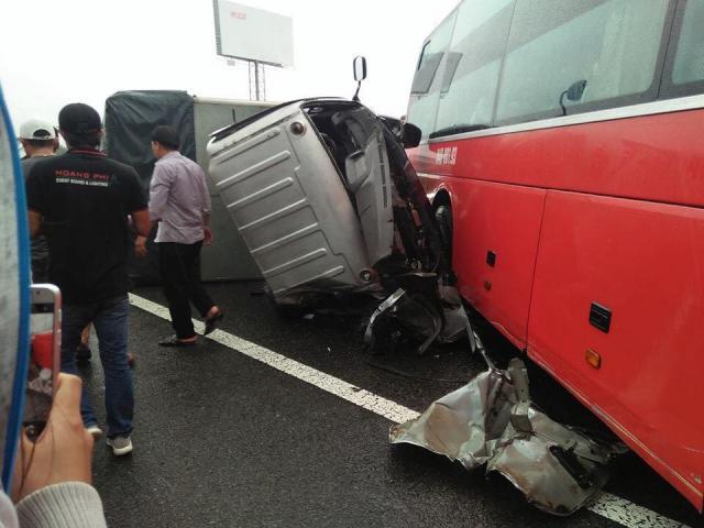 4 ô tô tông nhau kinh hoàng trên cao tốc, xe khách biến dạng