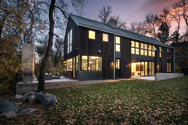 Dự án có diện tích rộng 438 m2 nằm giữa một khuôn viên rất rộng, ngay dưới chân dãy núi Rocky.
