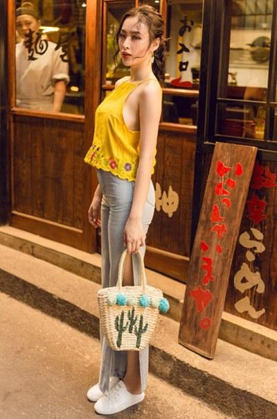 """Sau Hòa Minzy, Angela Phương Trinh lăng xê mốt đạp gót giày hiệu, """"vừa đi vừa phá"""" - 1"""