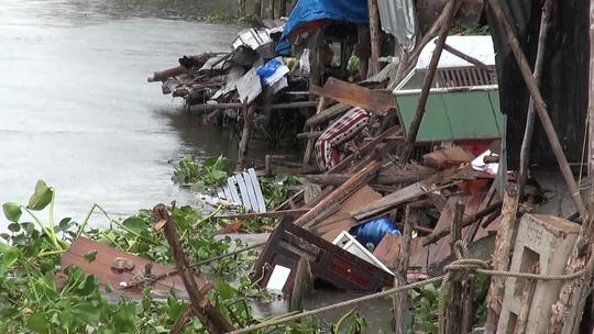 Sà lan tông sập nhà dân rồi bỏ chạy, nhiều trẻ em rớt xuống sông trong đêm - 1
