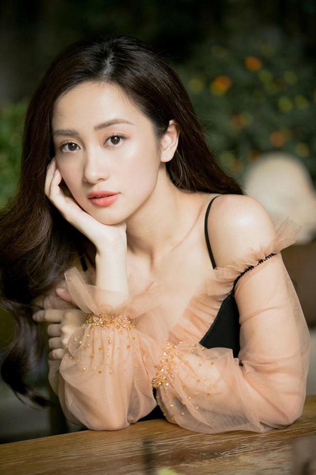Jun Vũ (tên thật là Vũ Phương Anh) được biết đến với hình tượng ngọt ngào, trong sáng. Cô nàng được ví như nàng thơ của showbiz Việt.