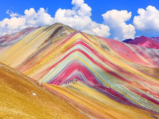 Núi Vinicunca ở Peru: Còn được gọi là Núi Cầu Vồng sở hữu vẻ đẹp kỳ lạ hiếm có trên thế giới với màu sắc vô cùng rực rỡ. Màu sắc của ngọn núi hoàn toàn là tự nhiên và đến từ các mỏ khoáng sản.