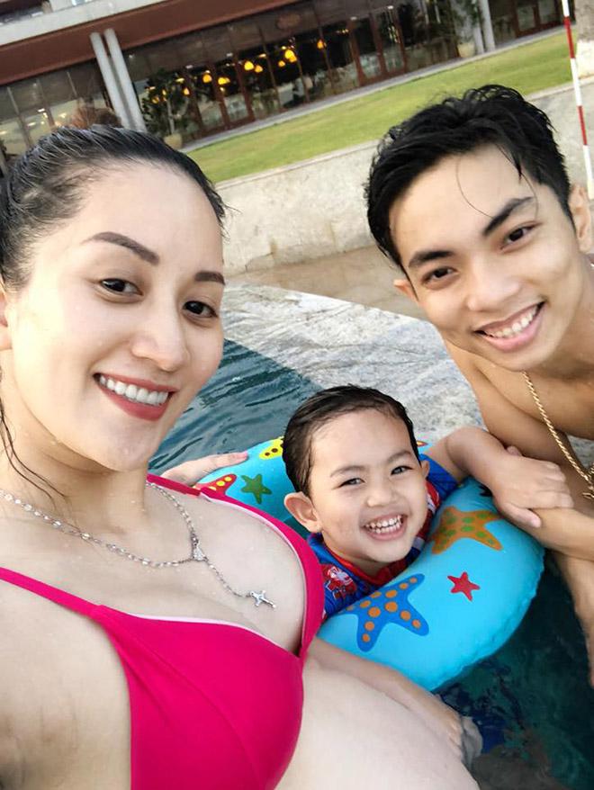 Khánh Thi bầu 8 tháng vẫn diện bikini du lịch cùng chồng con - 1