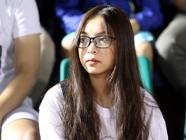 """Bạn gái """"hot girl"""" cổ vũ Quang Hải U23 ở trận đấu mưa bàn thắng"""