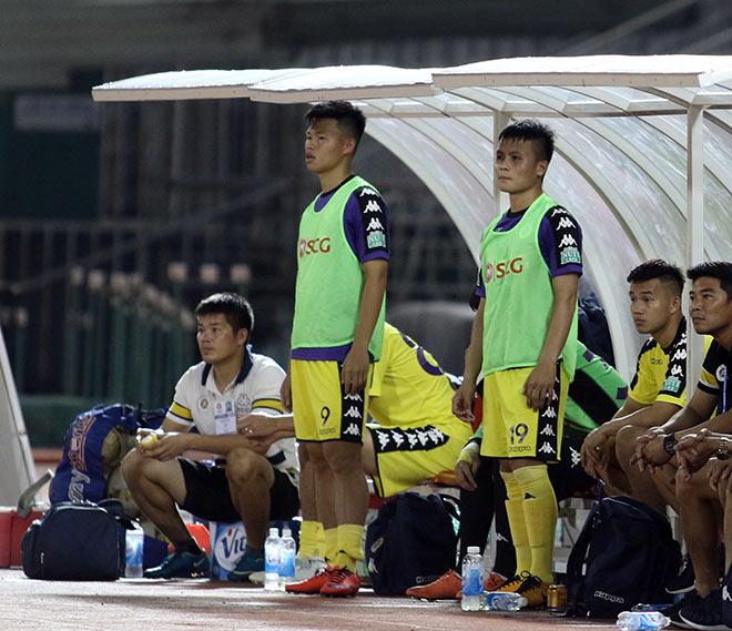 """Bạn gái """"hot girl"""" cổ vũ Quang Hải U23 ở trận đấu mưa bàn thắng - 1"""