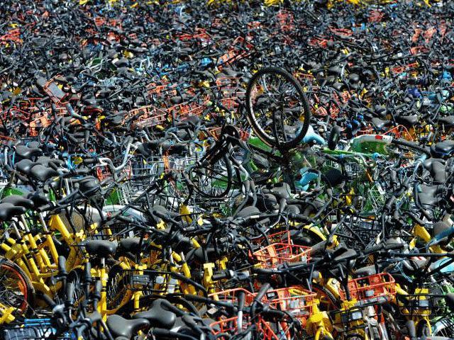"""Clip cận cảnh """"nghĩa địa"""" xe đạp khổng lồ cho không ai lấy ở Trung Quốc"""