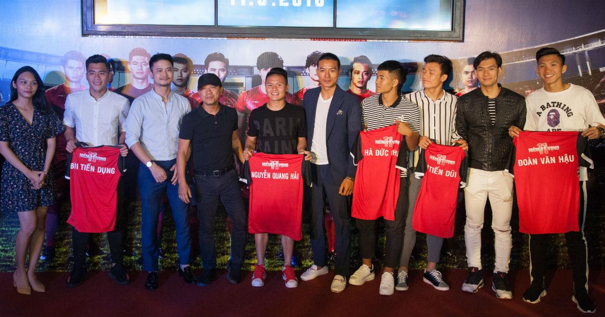 Bùi Tiến Dũng, Quang Hải hào hứng đi xem phim bóng đá - 1