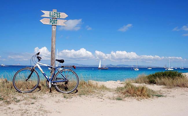 Đảo Formentera: Với bãi cát trắng lánh, làn nước trong suốt nhẹ nhàng bao quanh Formentera, bạn sẽ hiểu tại sao hòn đảo nhỏ bé ở phía nam Ibiza lại nổi bật và thu hút vô số du khách tới vùng biển Caribbean này