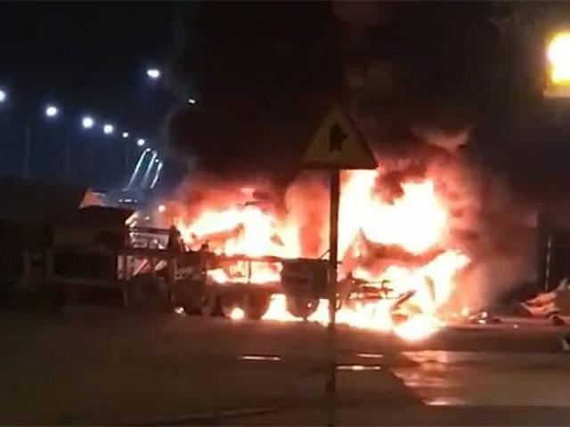 2 container bốc cháy sau va chạm, cặp vợ chồng chết kẹt trong xe