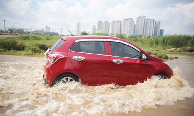 Kinh nghiệm lái xe qua vùng ngập nước, hạn chế tối đa rủi ro - 1