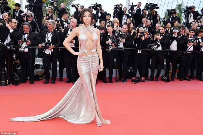 Tối 8/5 (theo giờ Pháp), LHP quốc tế Cannes 2018 đã được khai mạc tại Cannes. Giống như mọi năm, bên cạnh những hình ảnh đẹp mắt thì LHP này vẫn còn không ít khoảnh khắc gây tranh cãi.Một trong những cái tên có trang phục hở táo bạo nhất là Chantel Jeffries.