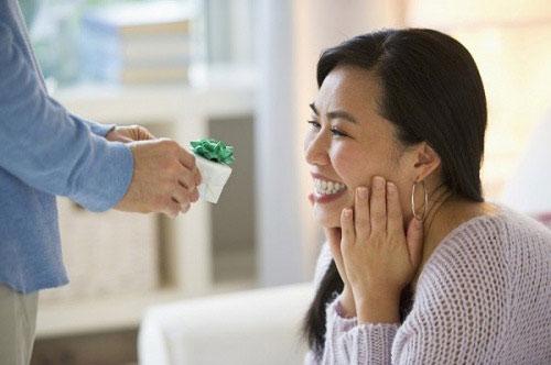 Nỗi khổ khó nói của các ông chồng, đau đầu vì mua quà sinh nhật cho vợ - 1