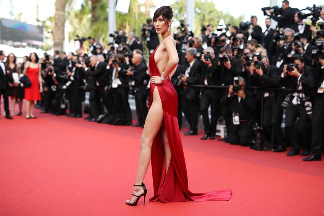 Bella Hadid với bộ váy đỏ xẻ hông cao trở thành kinh điển trong lịch sử Cannes.