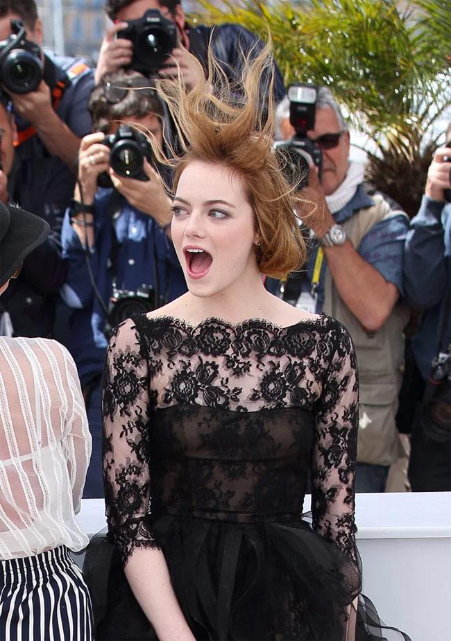 """Không chỉ váy mà cả mái tóc của nàng cũng bị gió """"hành hạ"""" không thương tiếc."""