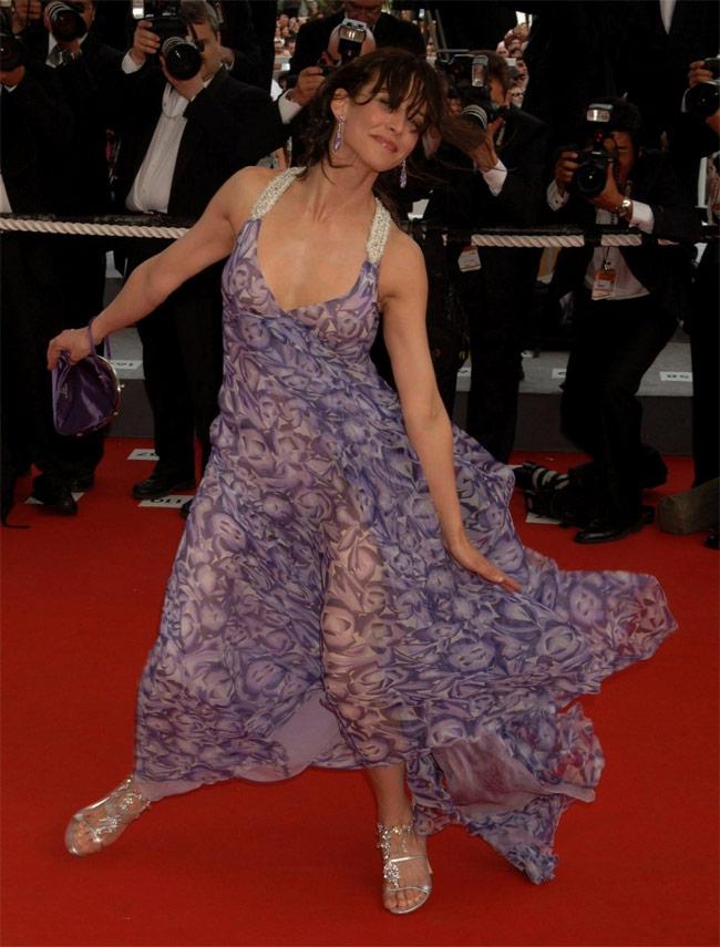 Cách đây khá lâu, Sophie Marceau cũng trở thành nạn nhân của gió lộng tại Cannes.