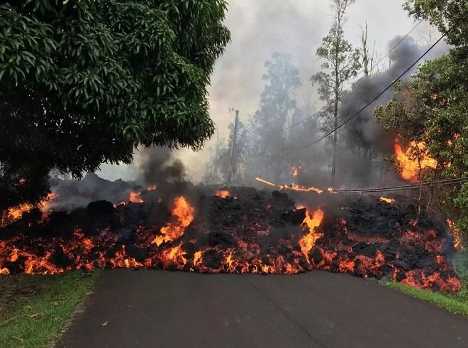 """Sau dung nham, núi lửa Hawaii sắp bắn đá """"đạn đạo"""" nặng vài tấn? - 1"""