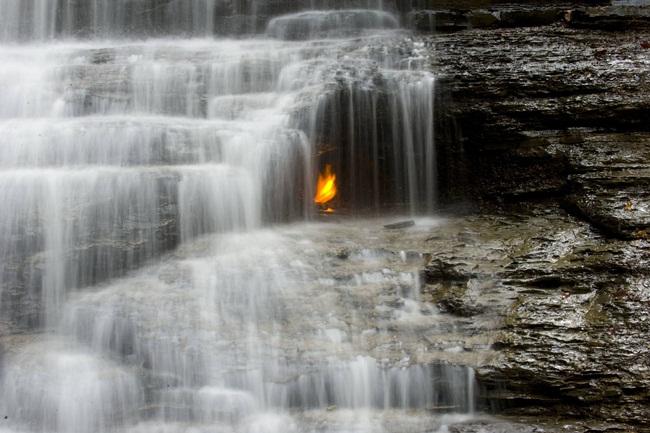 Bí ẩn những địa điểm có lửa cháy mãi không tắt, du khách đổ đến ầm ầm - 1
