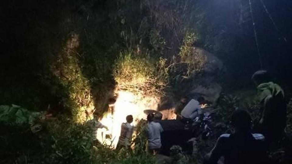 Xe công nông chở học sinh lao xuống suối, 3 người tử vong - 1