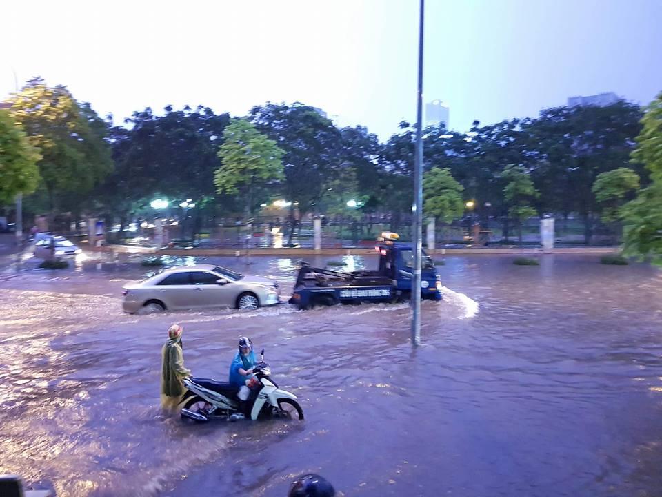 Hà Nội: Sau mưa lớn, xe máy phải dắt bộ, ô tô gọi cứu hộ - 1