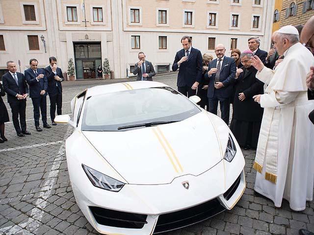 Lamborghini Huracan của Giáo hoàng được bán với mức giá kỷ lục