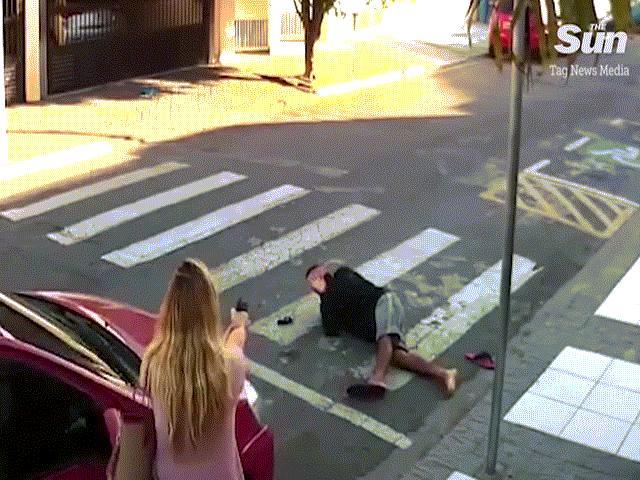 Nữ cảnh sát Brazil bắn chết kẻ cướp khi đang đưa con đi học