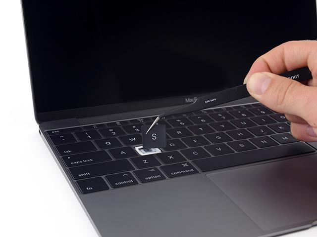 """Người dùng """"bắt tay"""" kiện Apple vì lỗi bàn phím MacBook"""