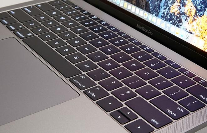 """Người dùng """"bắt tay"""" kiện Apple vì lỗi bàn phím MacBook - 1"""