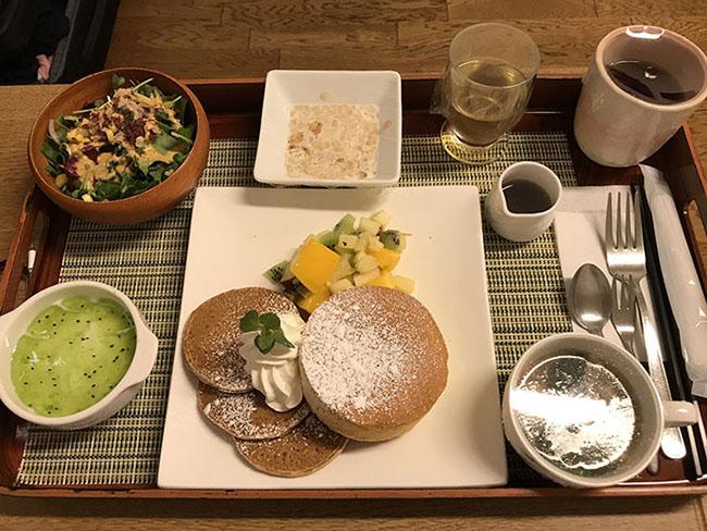 Đây là bữa ăn sáng trước khi sinh, gồm bánh pancakes, salad, súp, trái cây. Trông mọi thứ quá ngon lành và mọi người tin rằng thức ăn ngon sẽ làm tinh thần của sản phụ tốt lên rất nhiều.